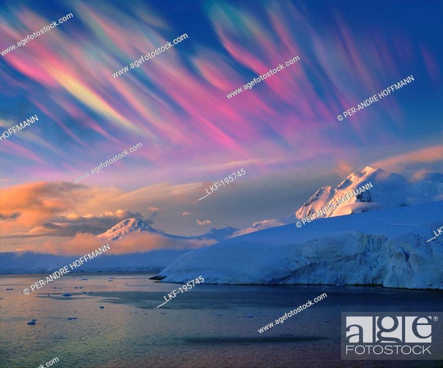 Imagen: Mother of pearl clouds, nacreous clouds over snow covered iceberg, Antarctic Peninsula, Antarctica.
