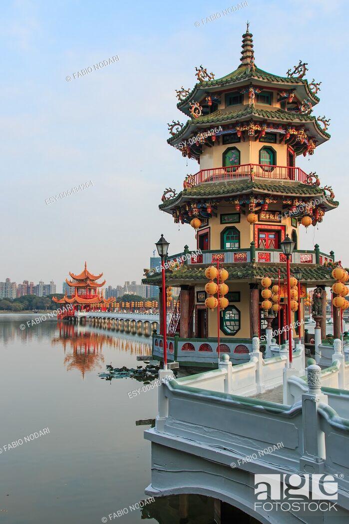 Imagen: Spring and Autumn Pavilions, Lotus Pond, Kahosiung.
