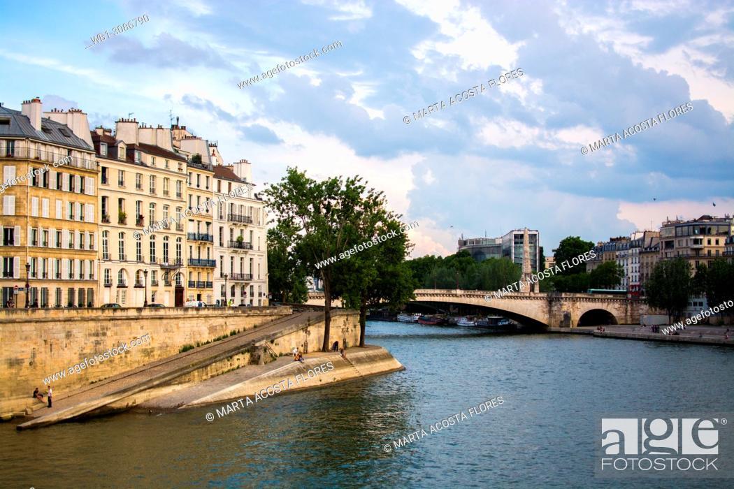 Imagen: View of the Seine river and Pont de la Tournelle bridge in a sunny day. Paris, France.