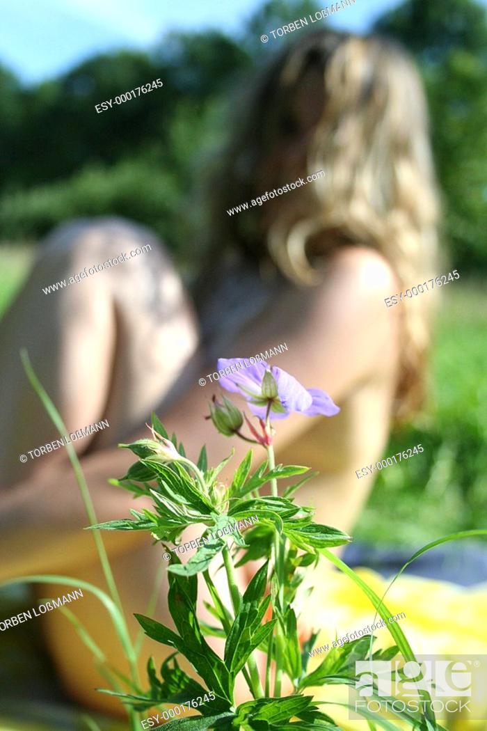 Stock Photo: Mädchen hinter Blume.