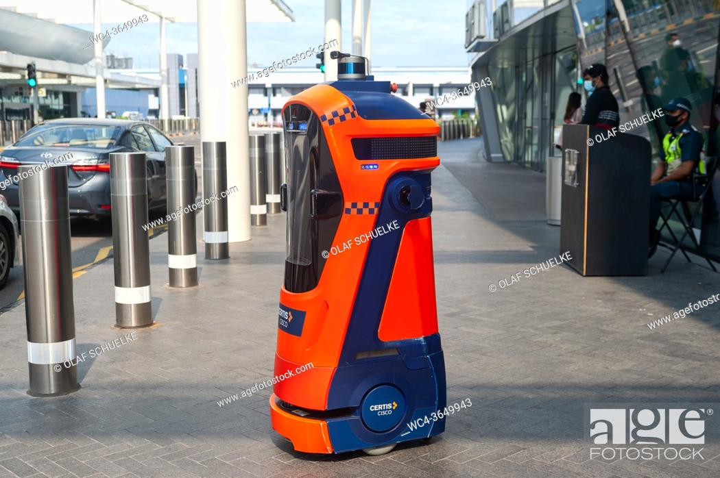 Imagen: Singapore, Republic of Singapore, Asia - An autonomous robot cop is part of the auxiliary police in front of the new Jewel terminal at Changi Airport.