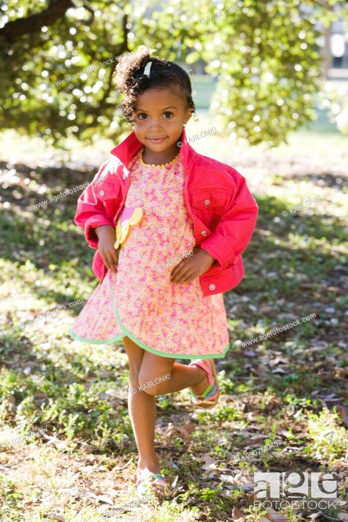 Imagen: Portrait of African American girl in park.
