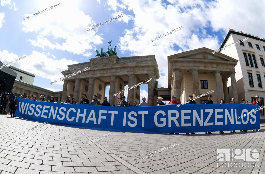 """Imagen: A banner reading """"""""Science is without borders"""""""" can be seen at the """"""""March for Science"""""""" in front of the Brandenburg Gatein Berlin, Germany, 22 April 2017."""