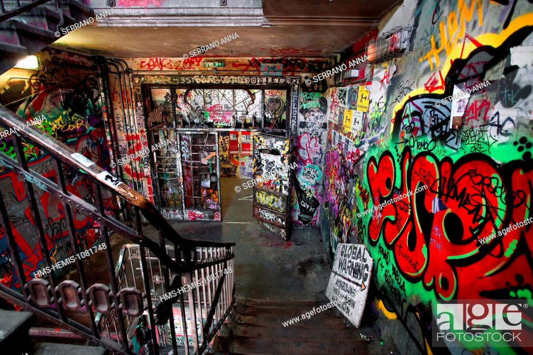 Stock Photo: Germany, Berlin, Mitte, Oranienburger strasse, Kunsthaus Tacheles, Tacheles, an artist squatting since the 1990's, located in a former department store dating.