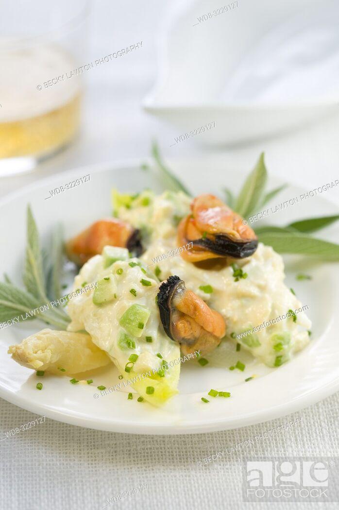 Stock Photo: Platillo de endivia, aguacate, esparragos blancos, mejillones y apio con mayonesa.