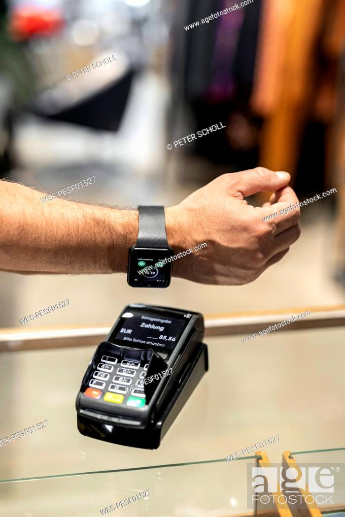 Imagen: Customer paying contactless with his smartwatch.