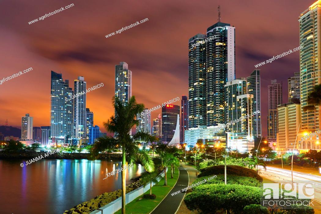 Imagen: Cinta Costera at Night, Panama City, Republic of Panama, Central America.