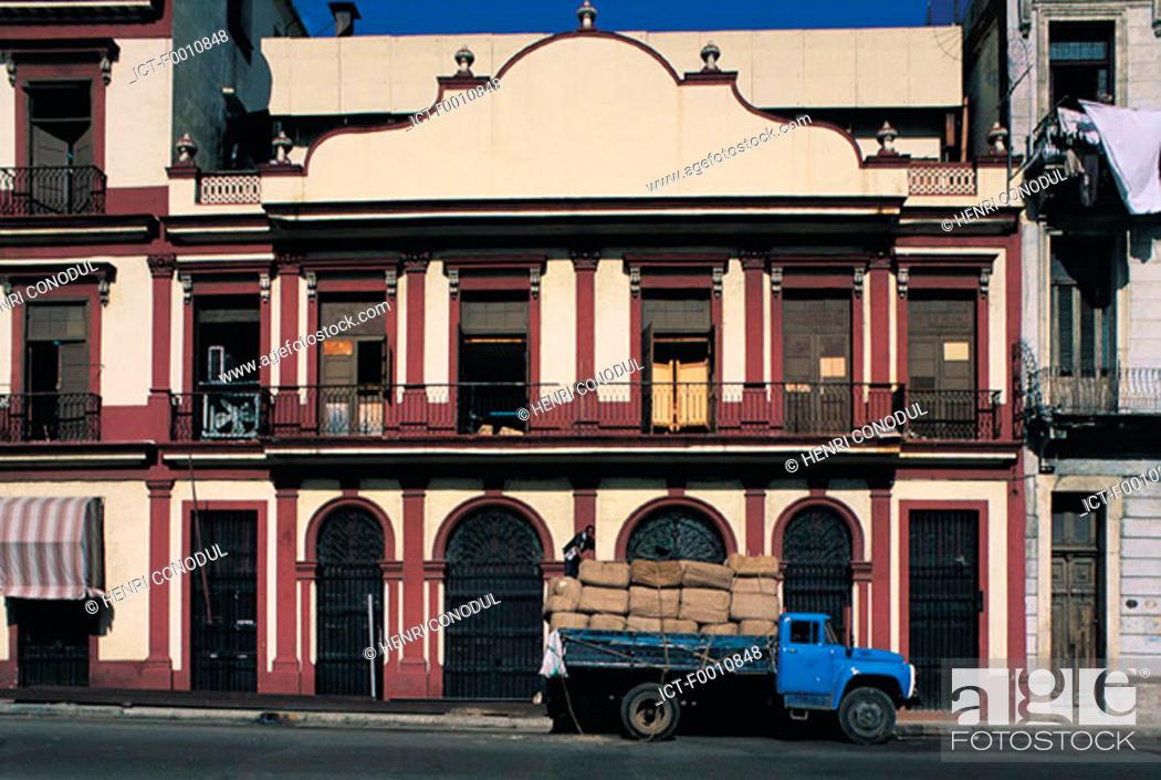 Stock Photo: Havan, Partagas factory, old truck.