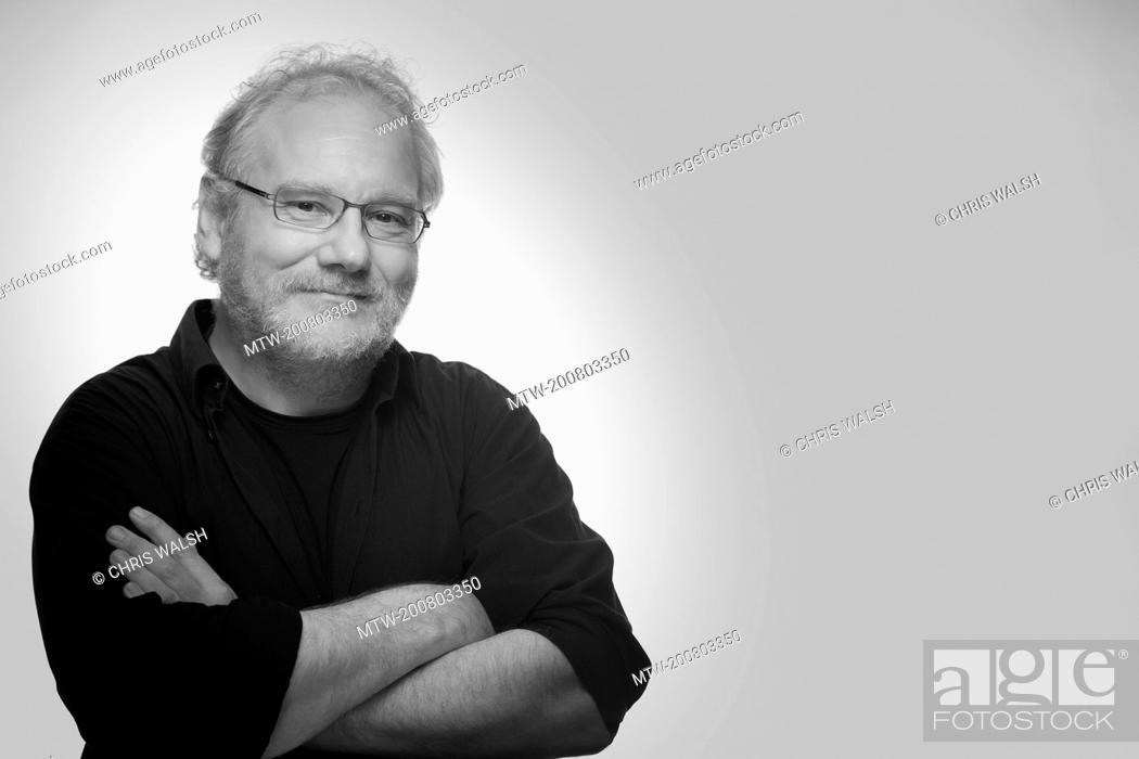 Imagen: Black and white portrait man beard glasses mature.