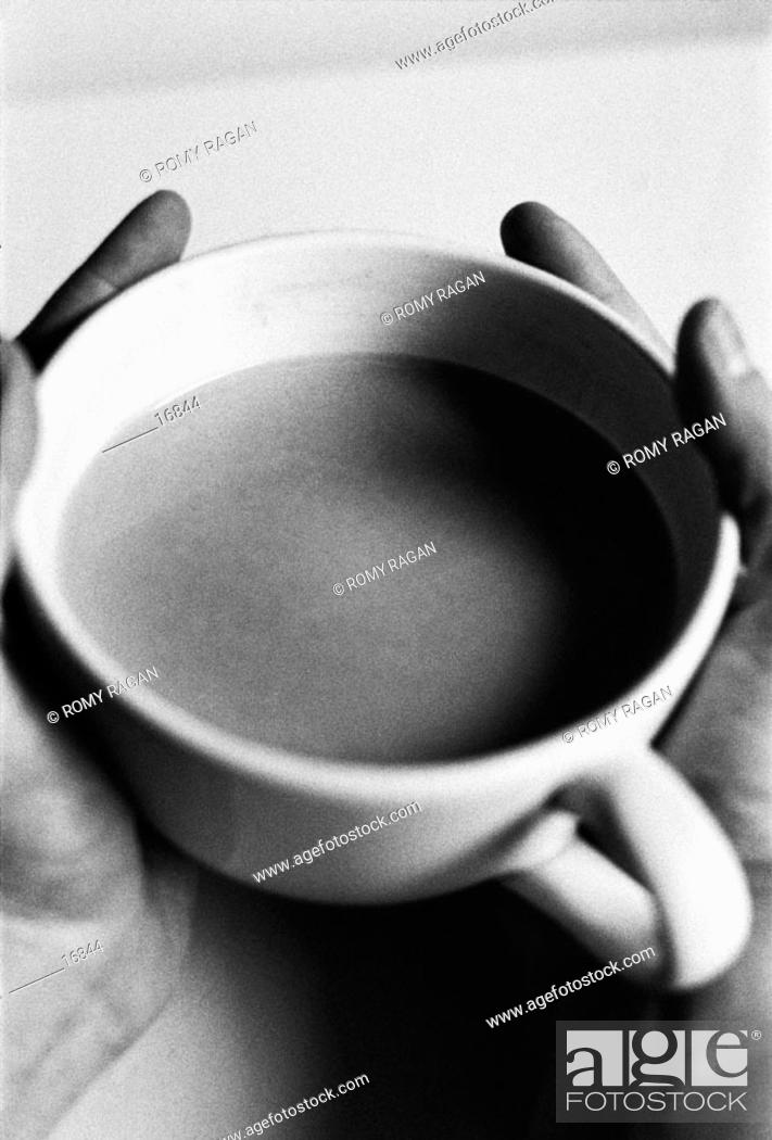 Imagen: Hands holding a cup.
