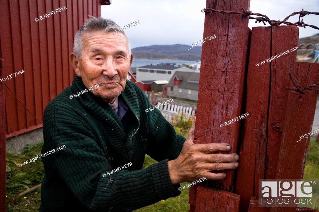 Imagen: Old man in his garden  Qaqortoq Julianehåb, South Greenland.