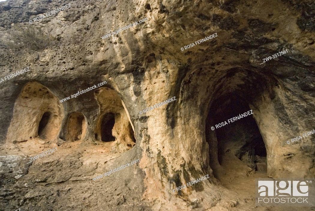 Photo de stock: Natural caves produced by water erosion, Ciudad Encantada of Tamajon, province of Guadalajara, Castilla La Mancha.