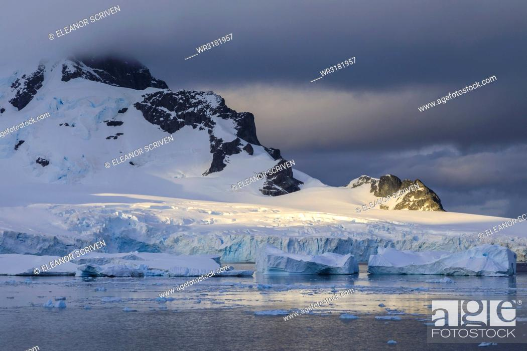 Imagen: Early morning atmospheric cloud, mountains, glaciers and icebergs, Ronge Island, Errera Channel, Antarctic Peninsula, Antarctica, Polar Regions.