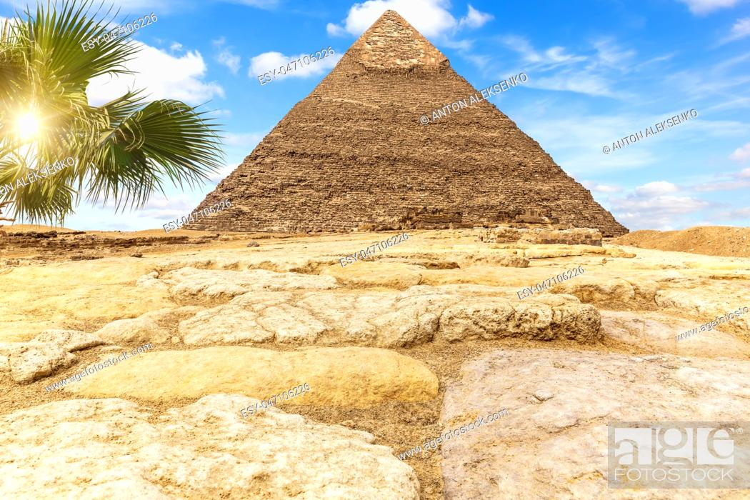 Imagen: The Pyramid of Khafre Chephren in the sunny desert of Giza, Egypt.