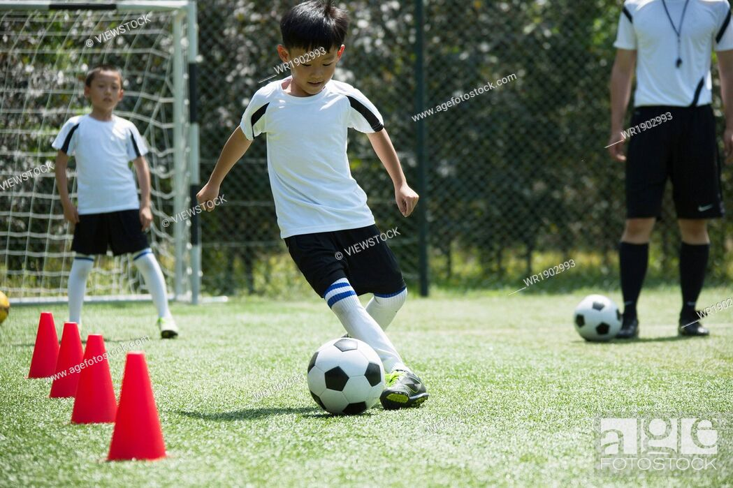 Imagen: The boy was playing skills training on the pitch.