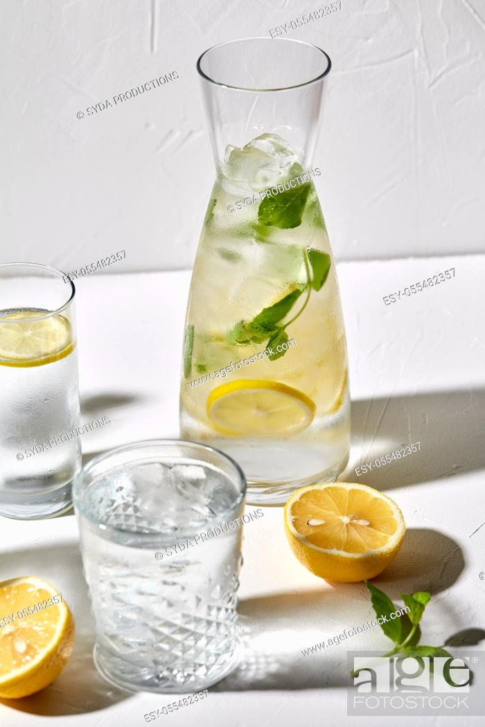 Imagen: glasses with lemon water and peppermint on table.