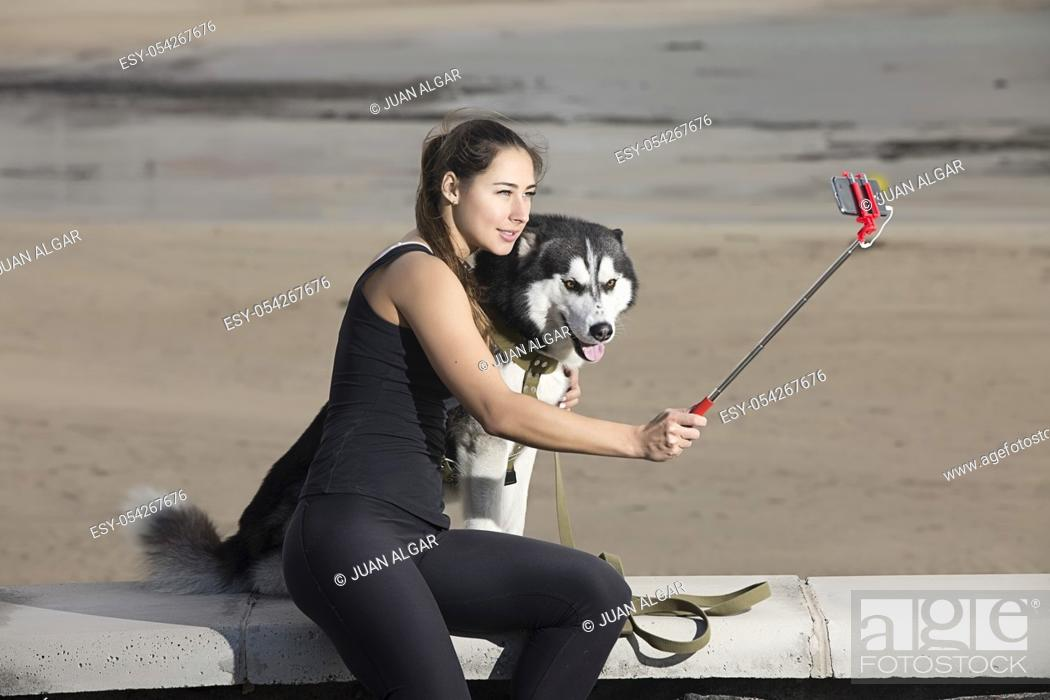 Imagen: Woman doing selfie with a dog.