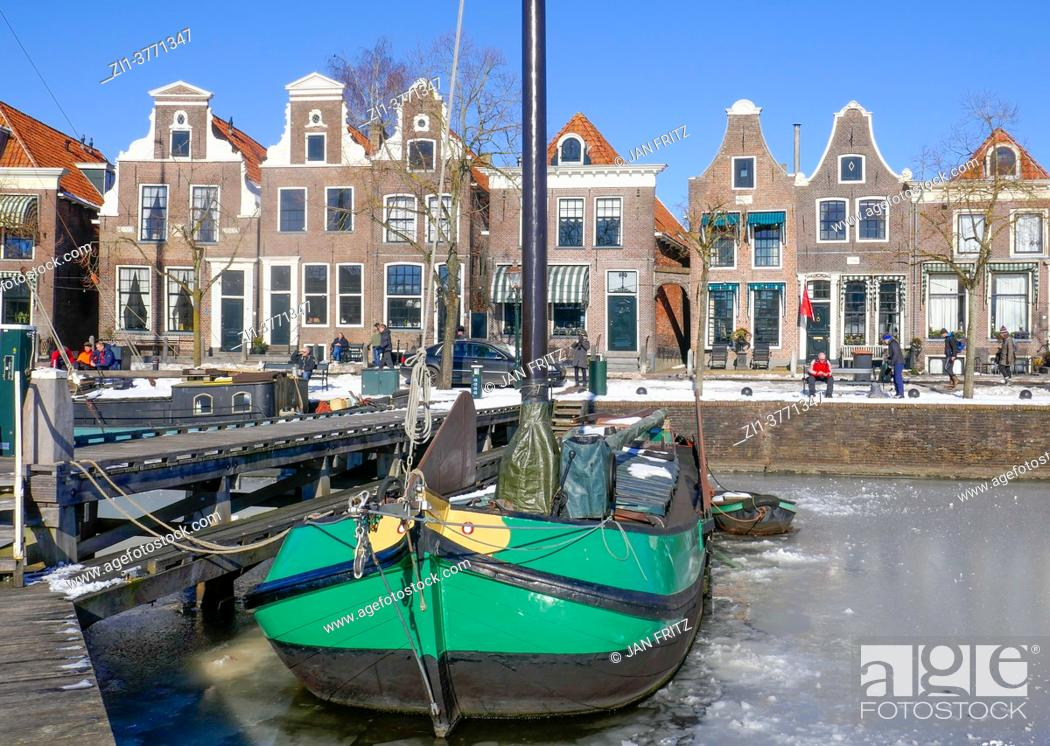 Imagen: view at harbour of Blokzijl with frozen water in wintertime, Holland.