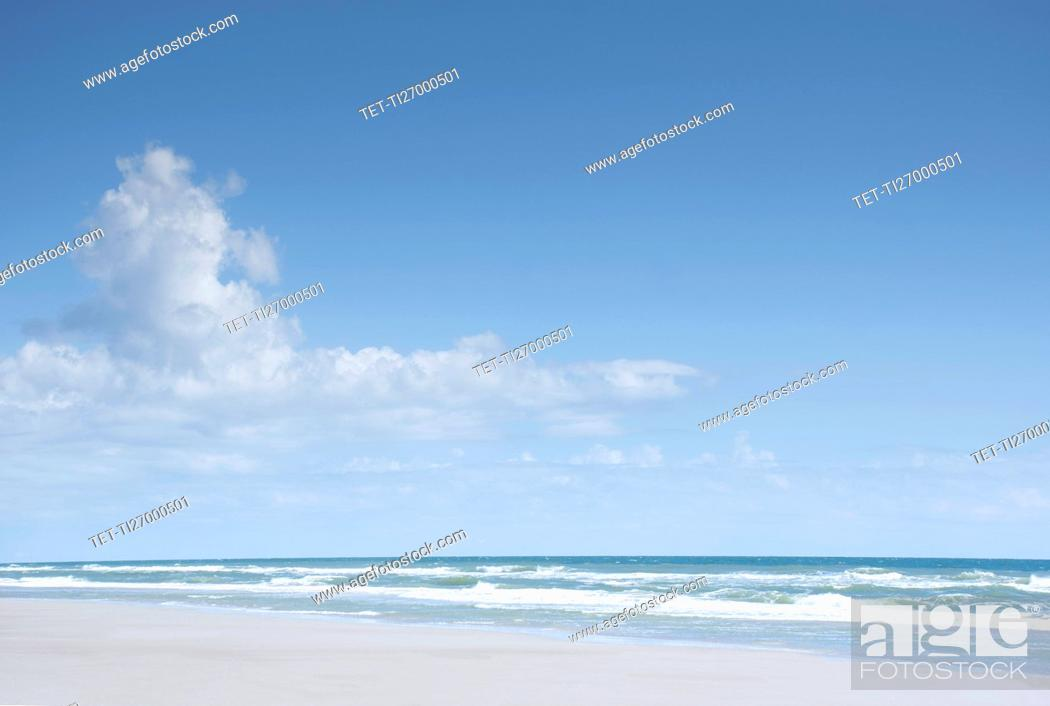 Imagen: Blue sky and clouds above sea.