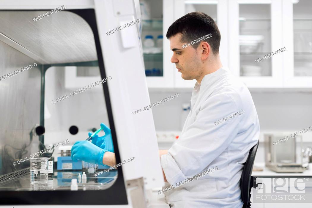 Imagen: Male healthcare worker doing research in pharmaceutical laboratory.