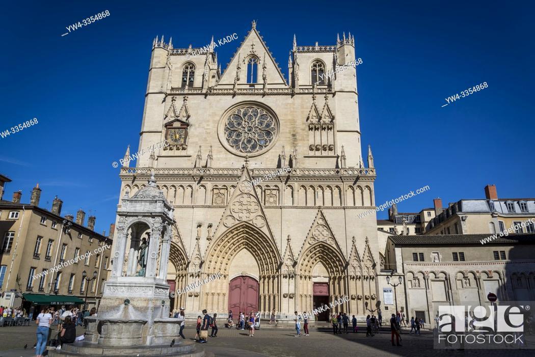 Imagen: Lyon Cathedral, Cathédrale Saint-Jean-Baptiste de Lyon, a Roman Catholic church located on Place Saint-Jean. The cathedral is dedicated to Saint John the.