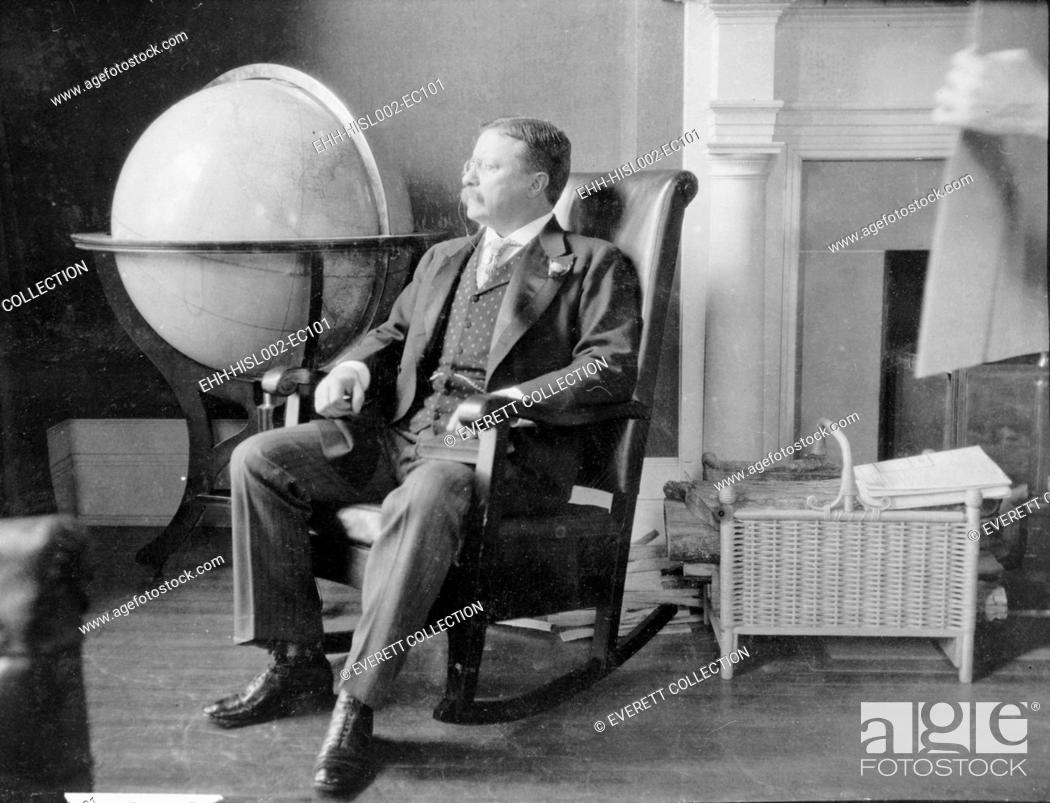 Imagen: Theodore Roosevelt, at the end of his presidency, seated in rocking chair, by large globe. During Roosevelt's presidency.