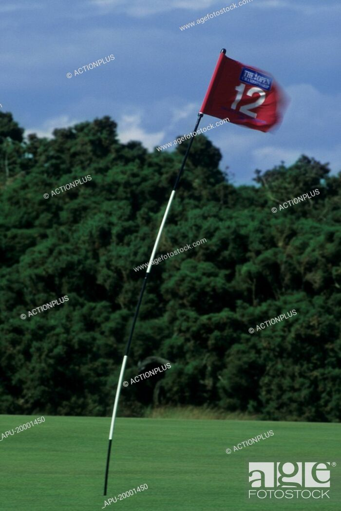 Imagen: Golf flag on golf course bending in the wind.