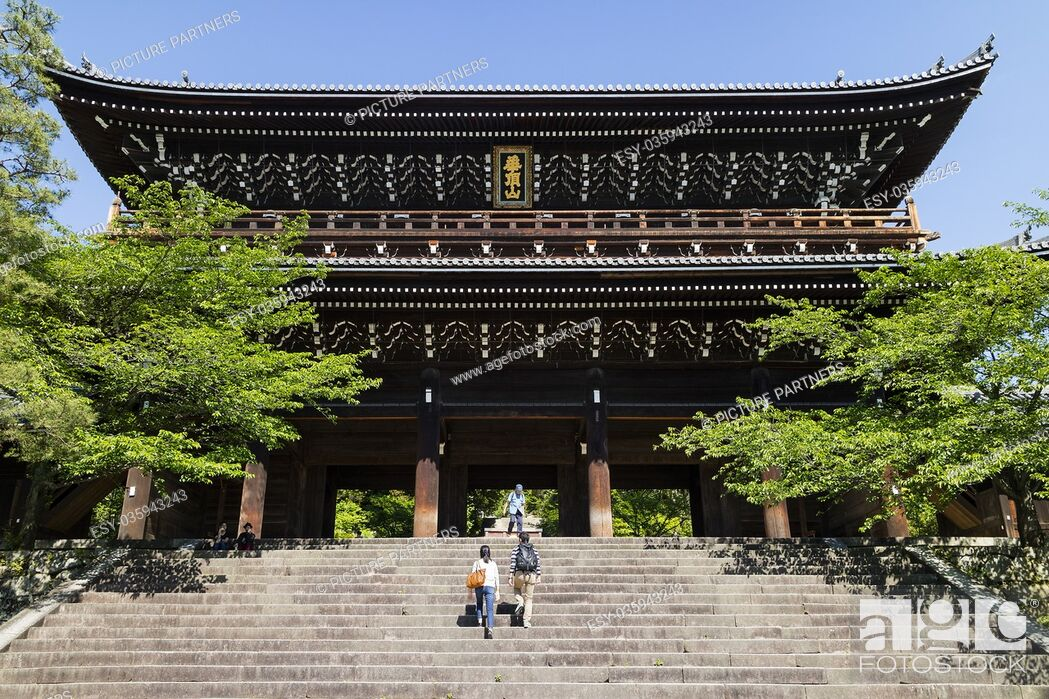 Photo de stock: Kyoto, Japan - Massive Sanmon Gate, the entrance to the Buddhist Chion in temple.