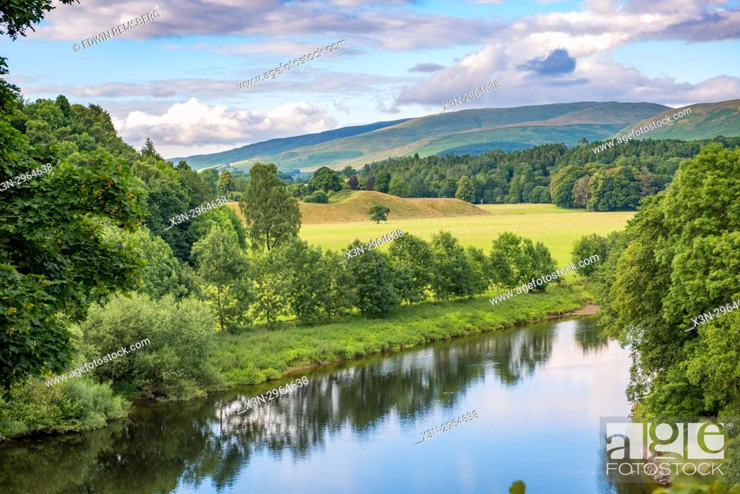 Imagen: Clouds roll over the lush green hills overlooking a river, Kirkby Longsdale, Cumbria, England. The view of the River Lune from the churchyard in Kirkby Lonsdale.
