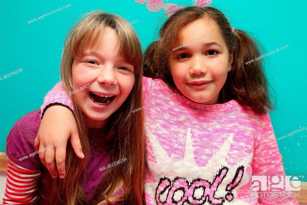 Imagen: Portrait of girls smiling.