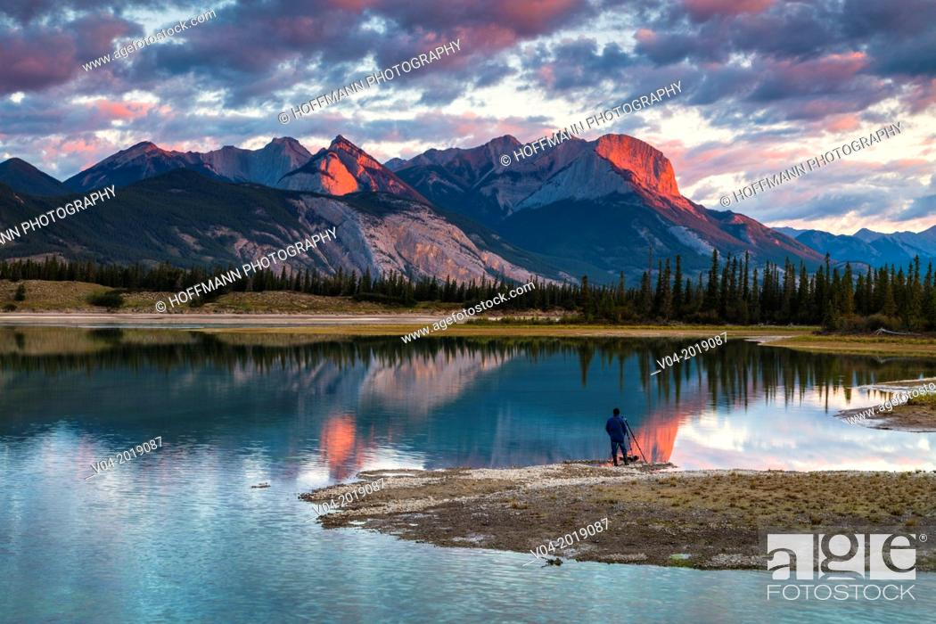 Imagen: Photographer watching the sunrise over the Canadian Rocky Mountains in the Jasper National Park, Alberta, Canada.
