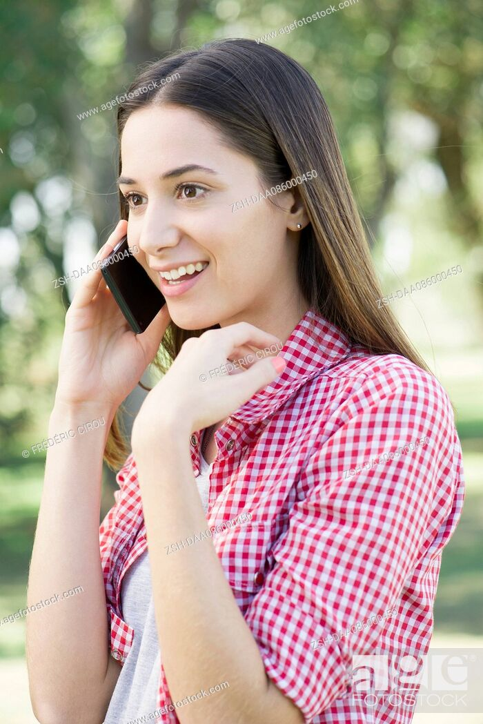 Imagen: Woman receiving phone call with good news.