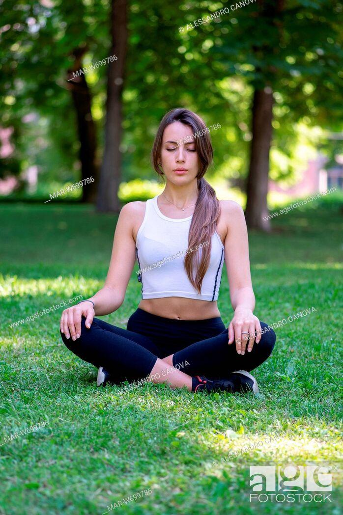 Stock Photo: Ragazza che fà yoga in un parco pubblico.