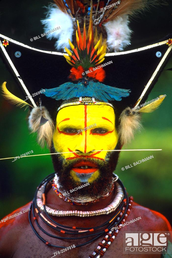 Imagen: Colorful Huli Wigmen with Yellow Face In Papua New Guinea.