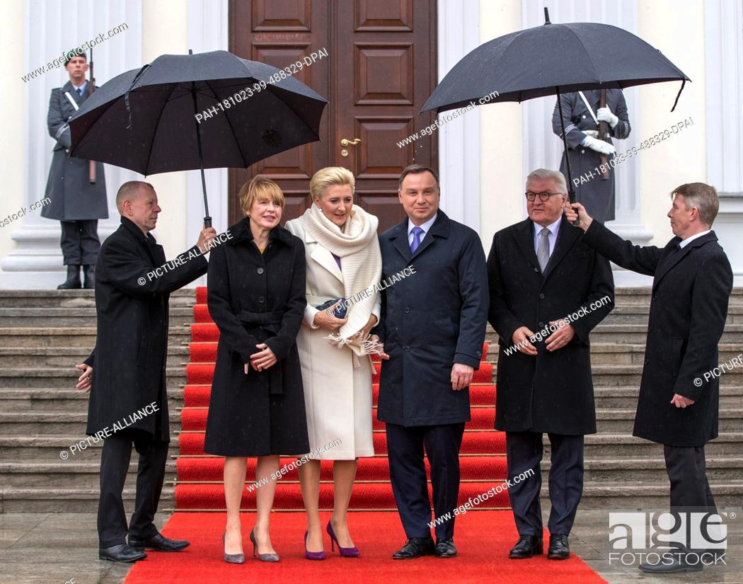 Imagen: 23 October 2018, Berlin: Federal President Frank-Walter Steinmeier (r) and his wife Elke Büdenbender (l) welcome Polish President Andrzej Duda and his wife.