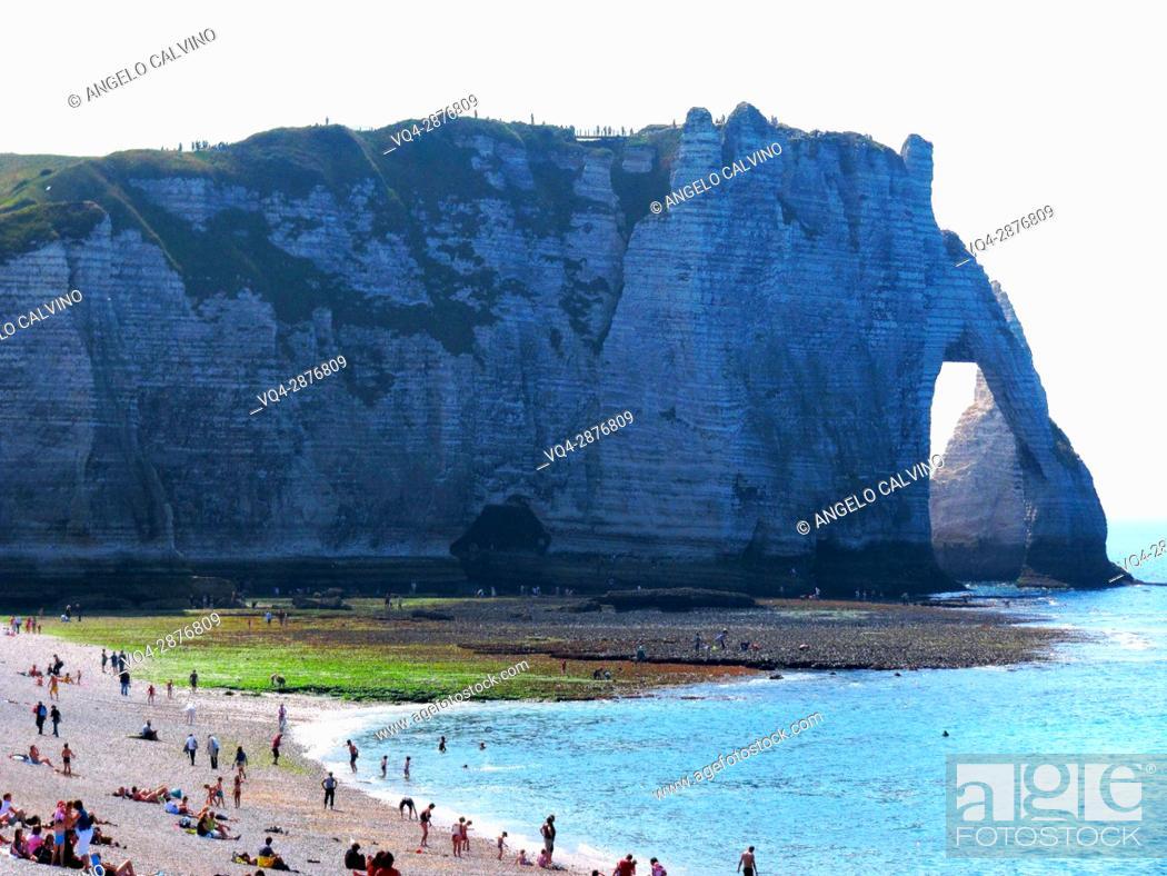 Imagen: Cliffs, natural arch and stone beach Etretat, Le Havre, Seine-Maritime, Normandy, France, Europe.