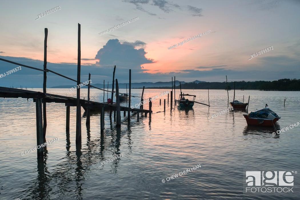 Imagen: Sunrise at Buntal Fishing Village and Small fishing boats, kuching, Sarawak, malaysia.