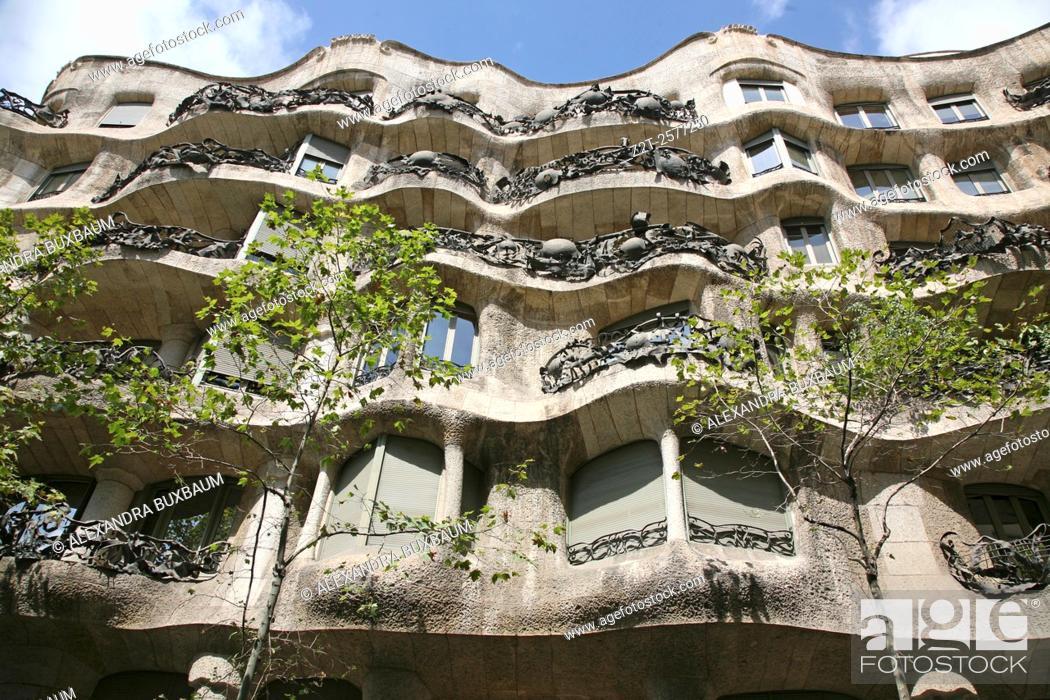 Photo de stock: Gaudi's La Pedrera building, Barcelona, Spain.