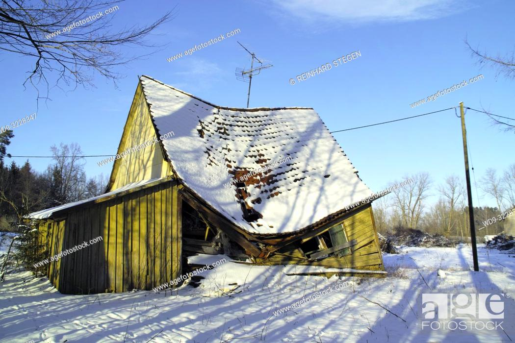 Imagen: old wooden house collapsed in winter, Bavaria, Germany.