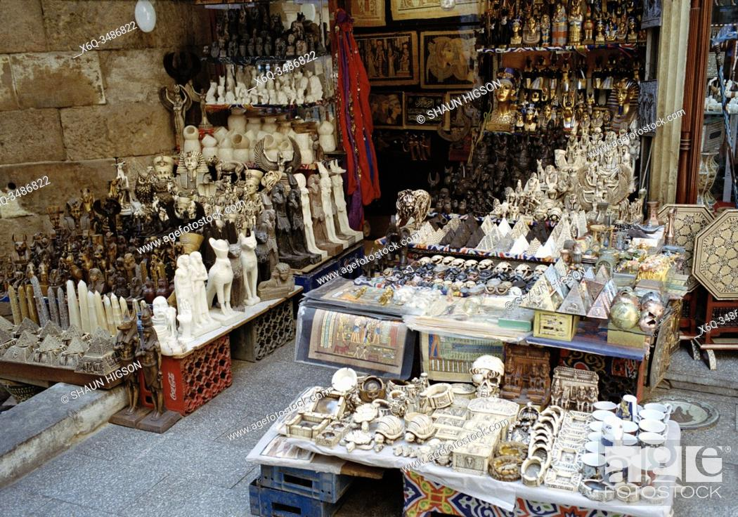 Imagen: Tourist market in Khan Al-Khalili in Cairo in Egypt in North Africa.