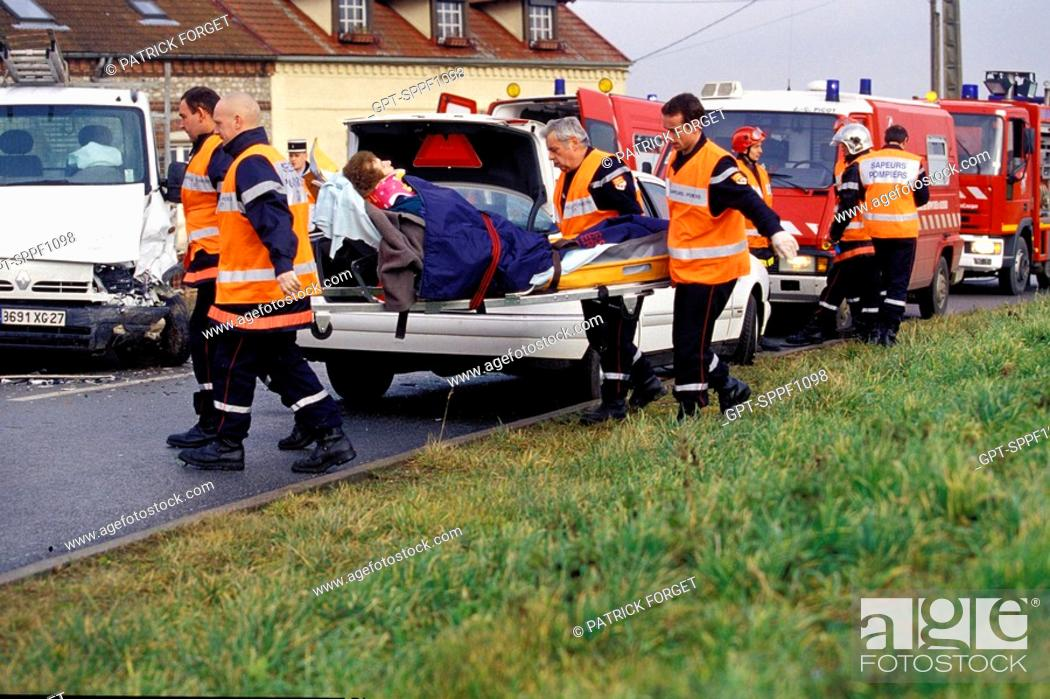 Imagen: FIREMEN AT A TRAFFIC ACCIDENT, REGION OF GISORS, SDIS OF THE EURE 27, FRANCE.