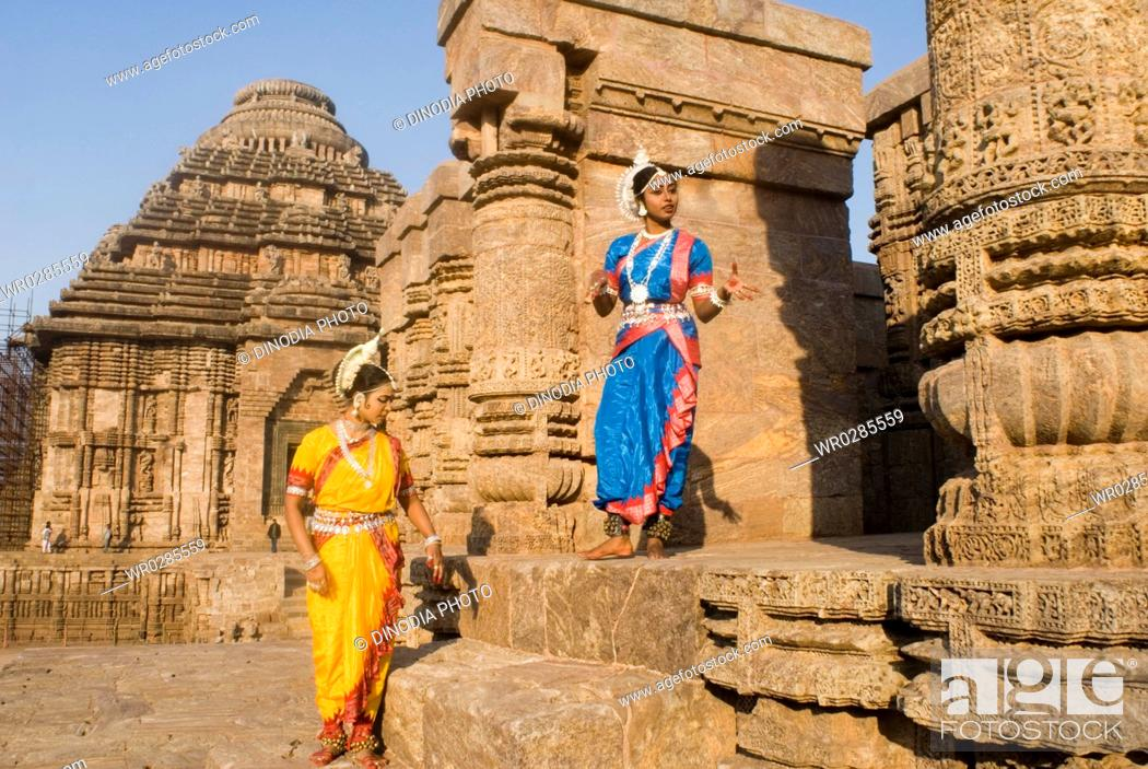 Photo de stock: Odissi dancers strike pose re-enacts Indian myths such as Ramayana in front of world heritage Sun temple complex in Konarak , Orissa , India MR400.