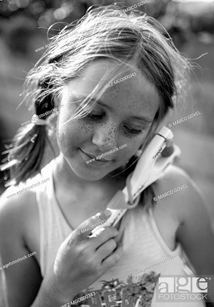 Imagen: Portrait of girl with slingshot.