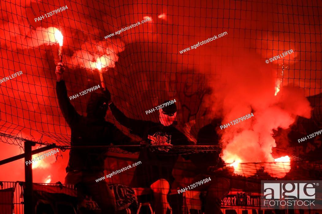 Imagen: Stuttgart fans, Bengalos, Bengalo, Bengalos, fireworks, flare, fans, audience, spectators, mood, atmosphere, stadium, 27.05.