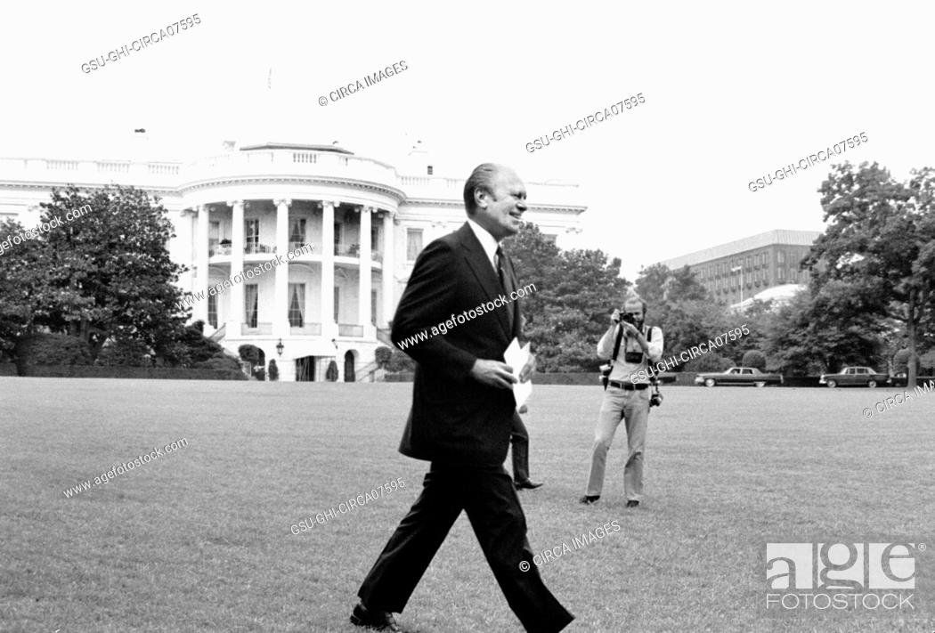 Imagen: U.S. President Gerald Ford walking across the lawn to a press conference at the White House, Washington, D.C., USA, photograph by Marion S. Trikosko,.