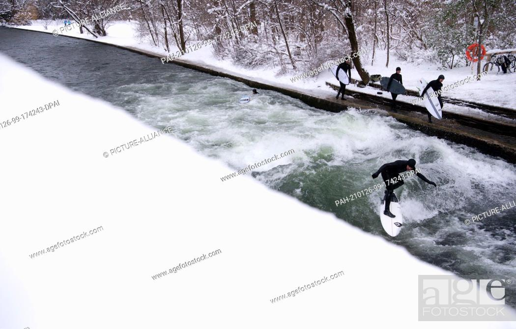 Imagen: 26 January 2021, Bavaria, Munich: A man surfs with his surfboard on the Eisbach in the English Garden in freezing temperatures.