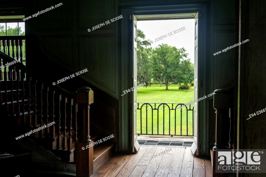 Imagen: Interior detail of the 19th century Drayton Hall plantation near Charleston South Carolina.