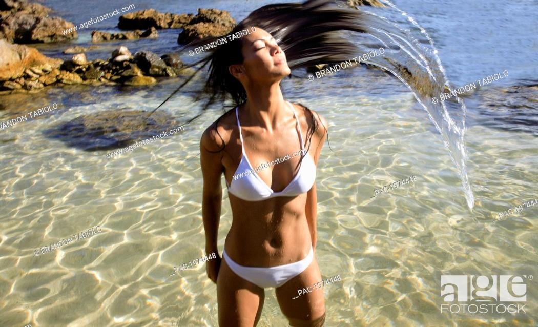 Imagen: Hawaii, Oahu, Attractive Young Woman In The Water.
