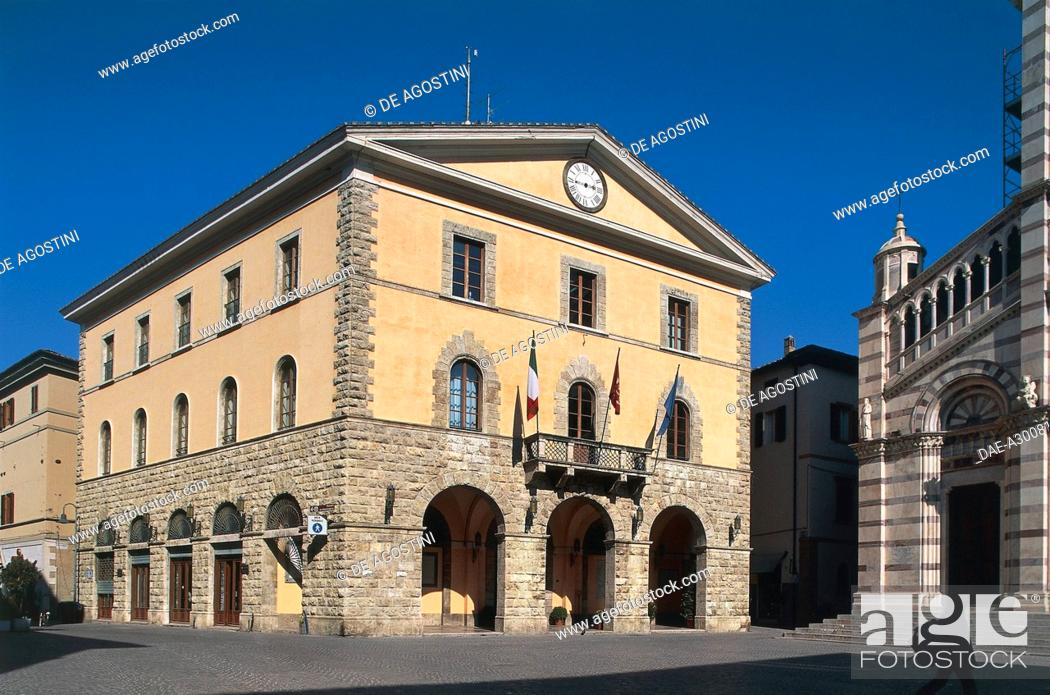 Imagen: Town Hall and facade of San Lorenzo Cathedral, Piazza Dante, Grosseto, Tuscany, Italy.