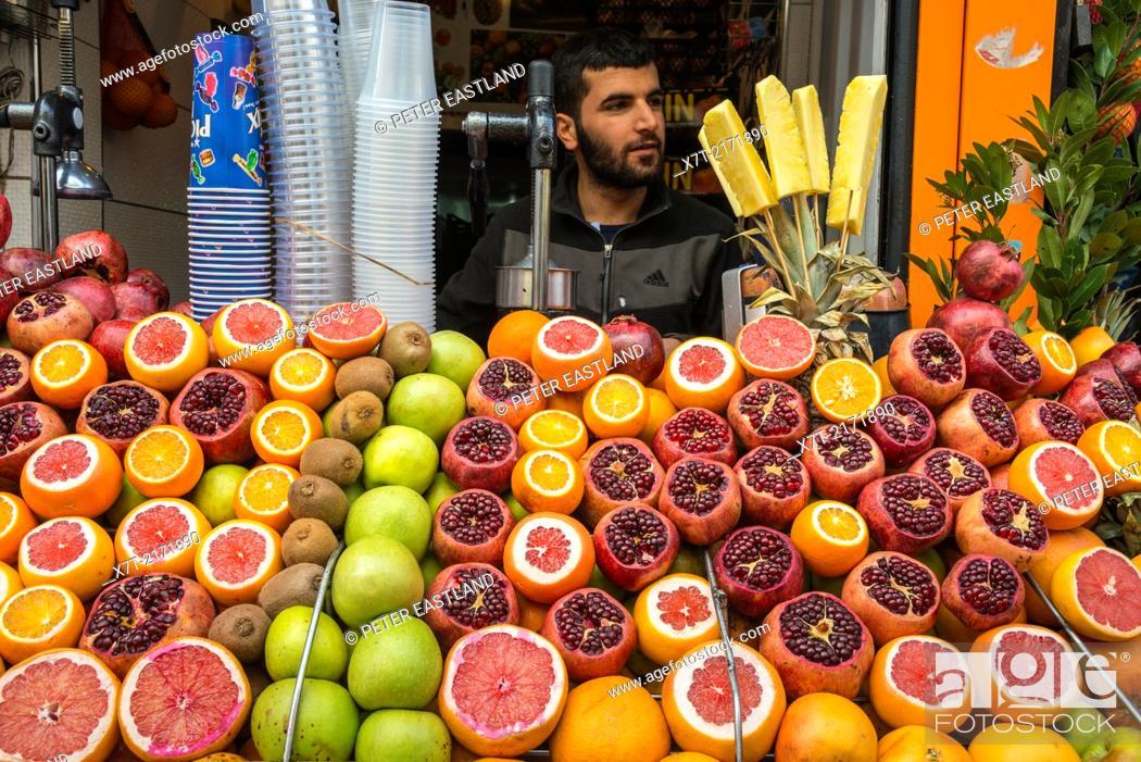 Imagen: Fresh fruit juice vendor on a street in Galata, Beyoglu, Istanbul, Turkey.